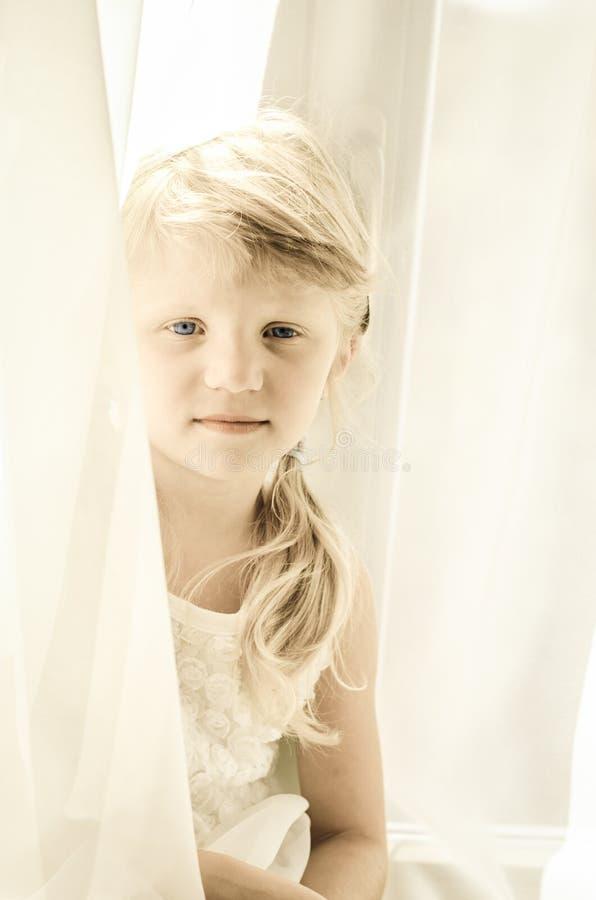 白肤金发的女孩少许纵向 库存照片