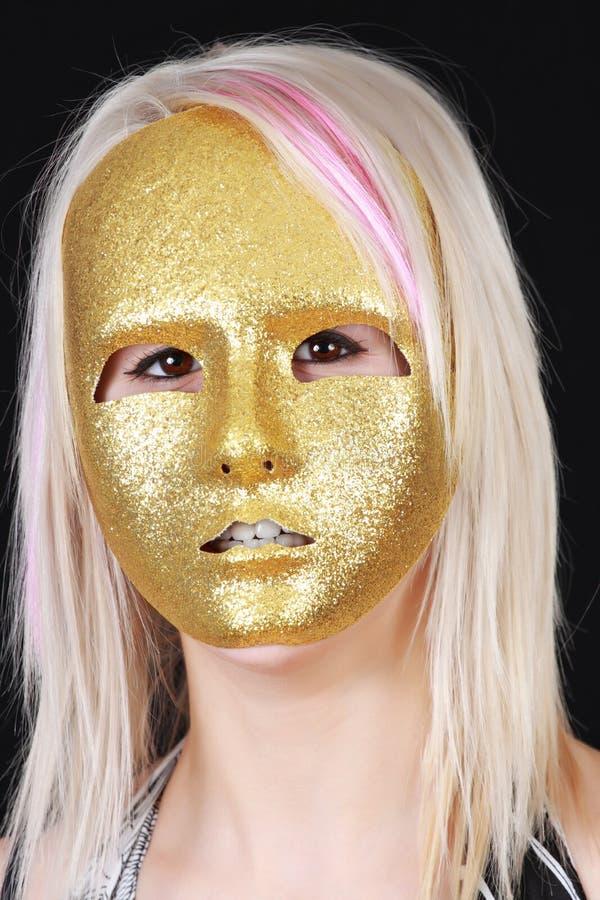 白肤金发的女孩屏蔽 免版税库存图片