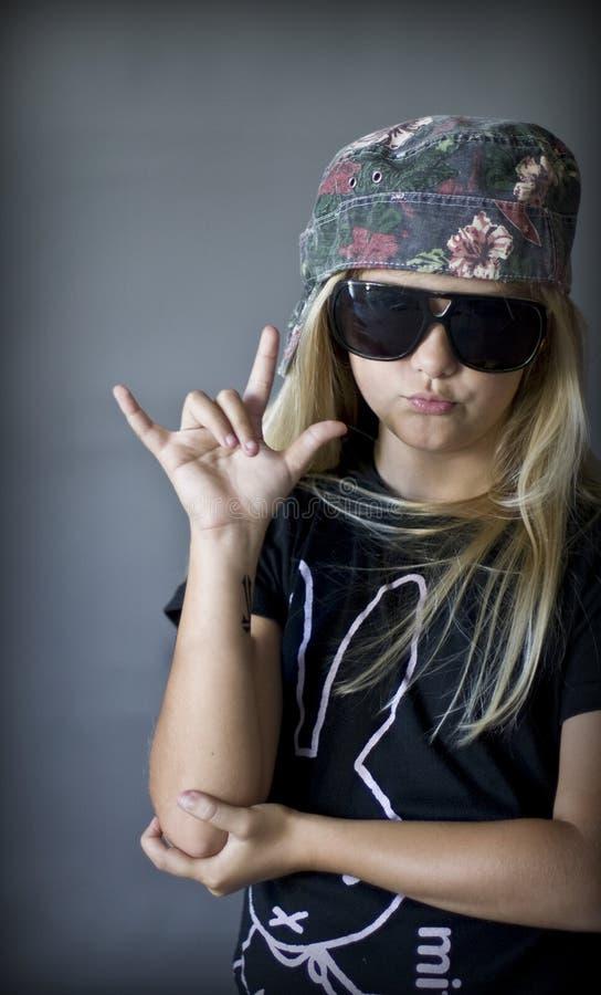 白肤金发的女孩岩石 免版税库存照片