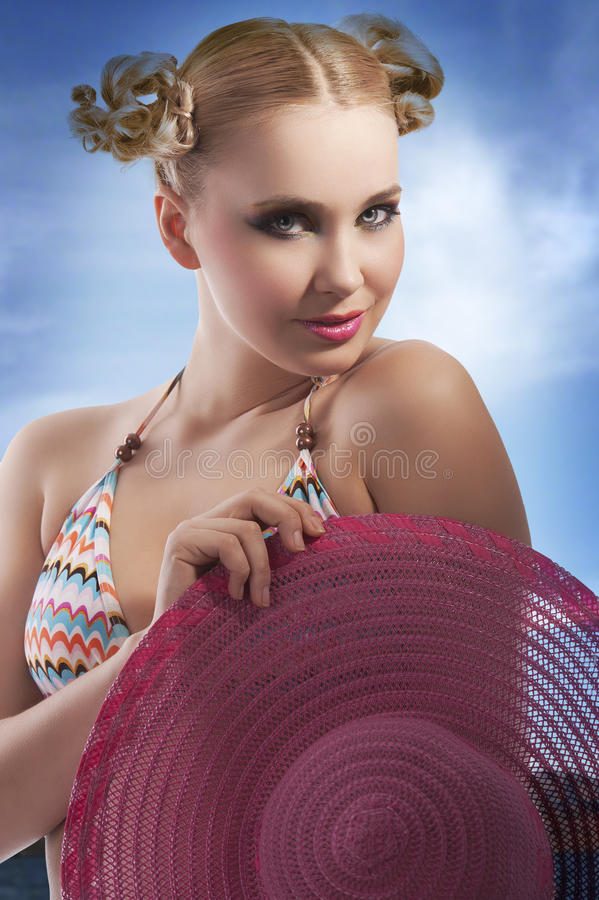 白肤金发的女孩帽子粉红色夏天 免版税图库摄影