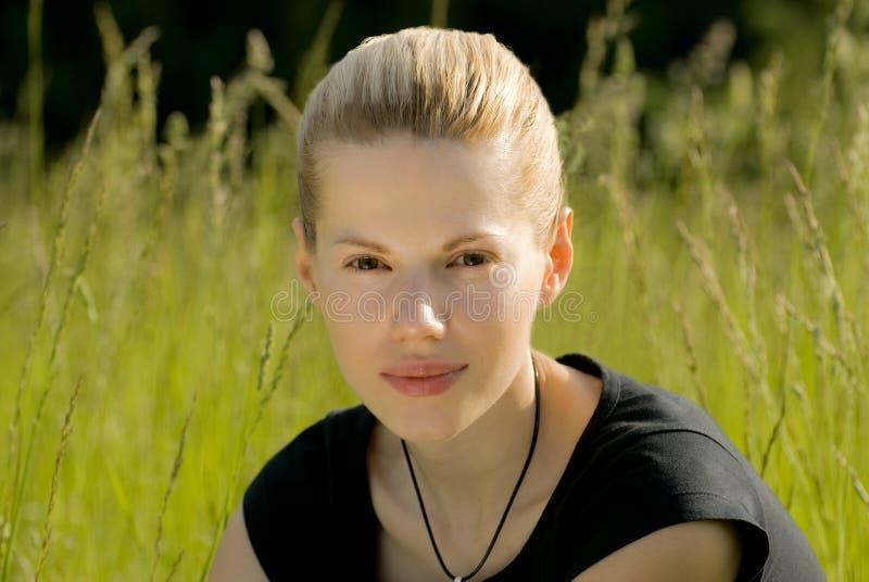 白肤金发的女孩年轻人 免版税库存照片