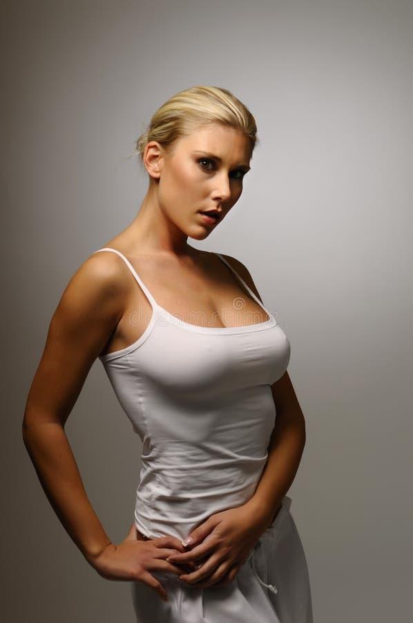 白肤金发的女孩年轻人 免版税库存图片