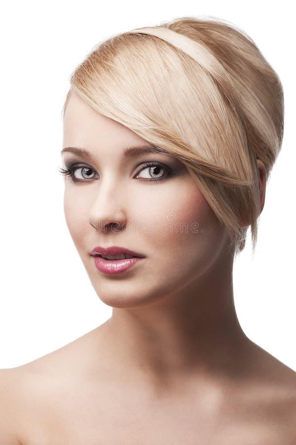 白肤金发的女孩微笑时髦的年轻人 免版税库存照片
