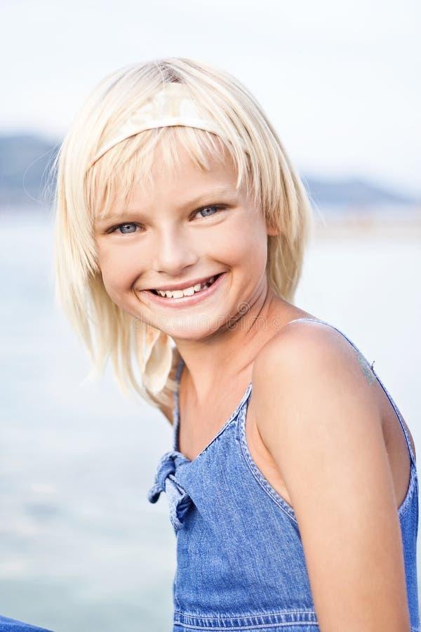 白肤金发的女孩微笑的年轻人 免版税图库摄影