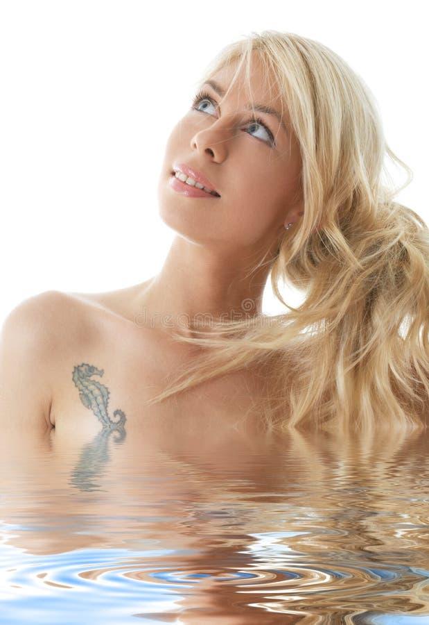 白肤金发的女孩愉快的水 免版税库存图片