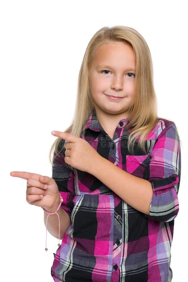 白肤金发的女孩显示她手指对边 库存照片