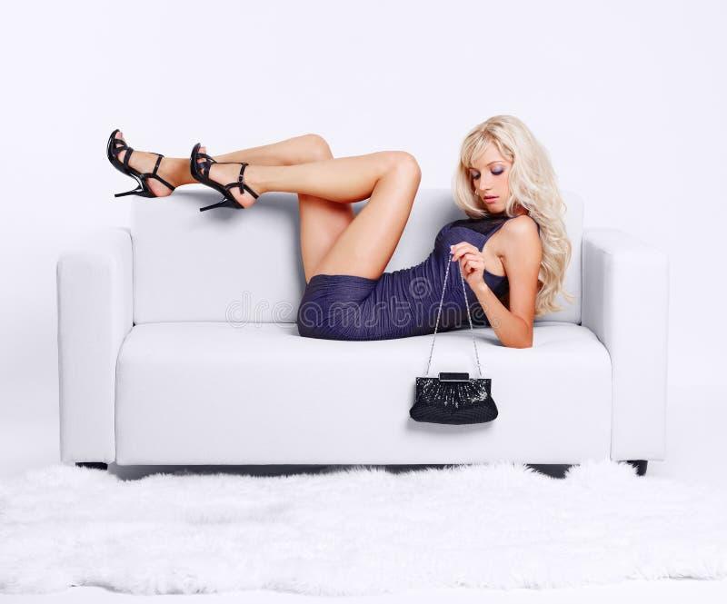 白肤金发的女孩沙发 免版税库存图片