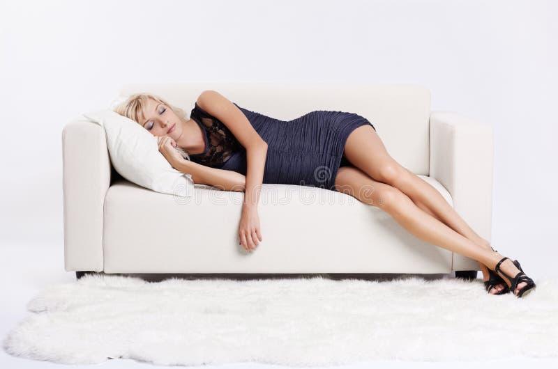 白肤金发的女孩沙发 库存图片