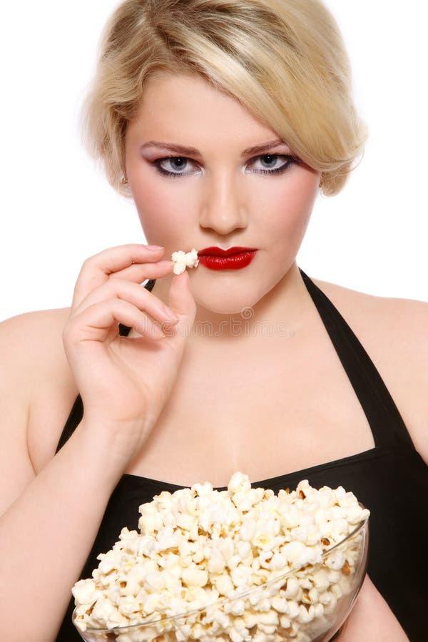 白肤金发的女孩玉米花 库存图片