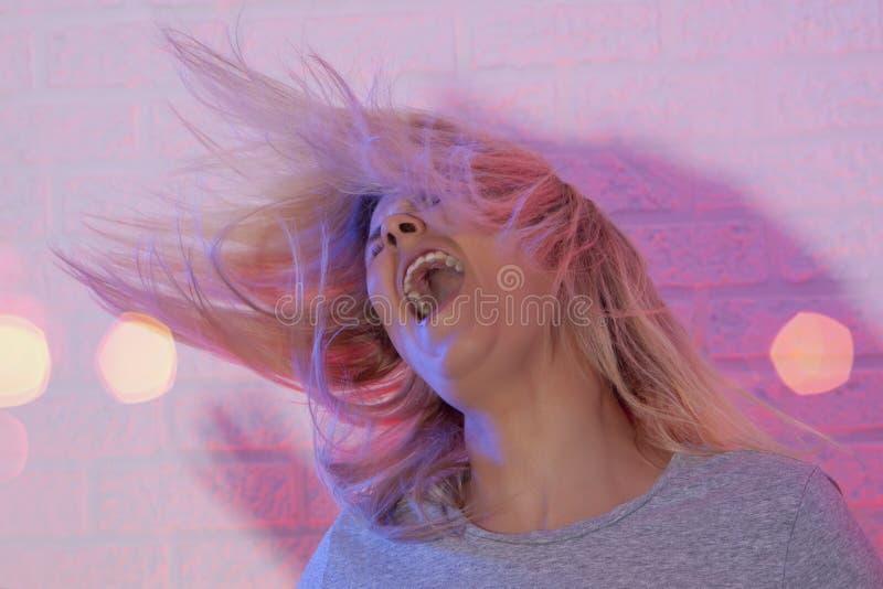白肤金发的女孩画象有振翼的头发的 免版税库存照片