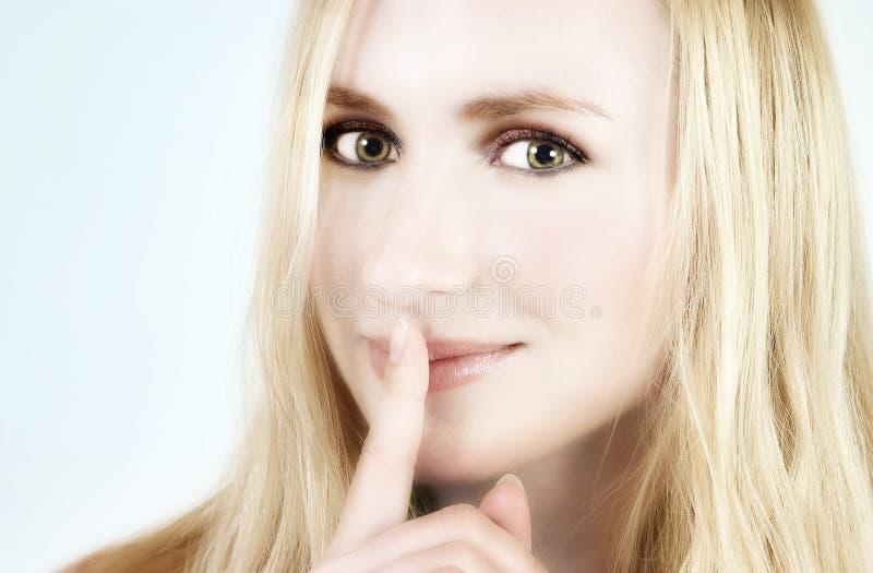 白肤金发的女孩秘密 免版税库存图片