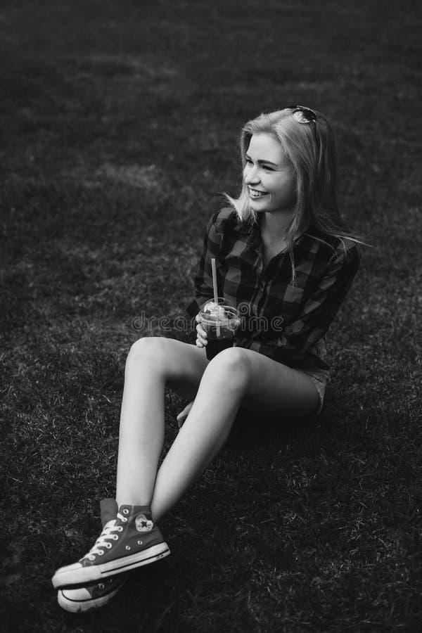 白肤金发的女孩简而言之在黑白的草的夏天 库存照片