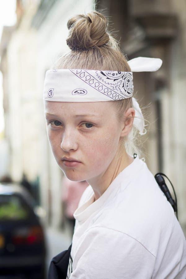白肤金发的女孩纵向年轻人 免版税库存图片