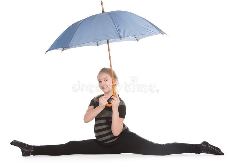 白肤金发的女孩藏品坐的麻线伞 免版税库存照片