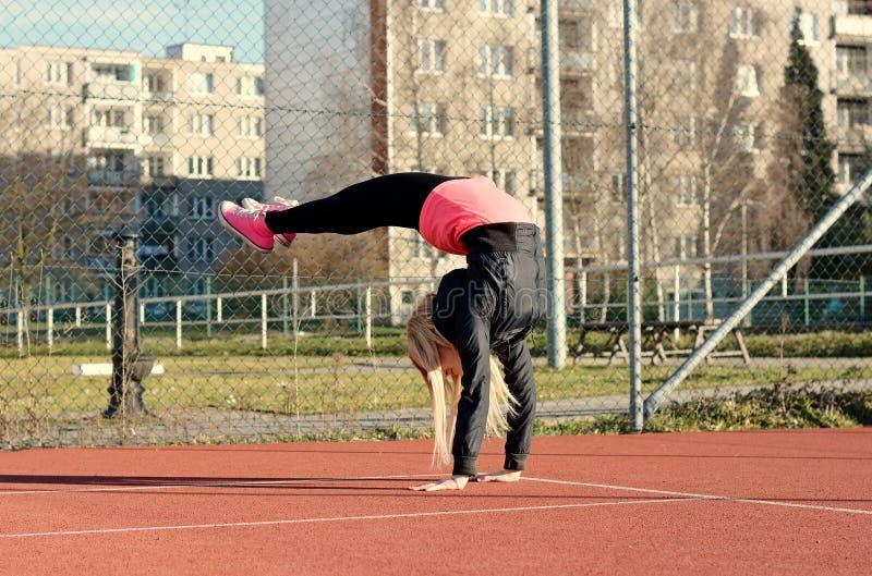 年轻白肤金发的女孩跳舞霹雳舞 免版税库存照片