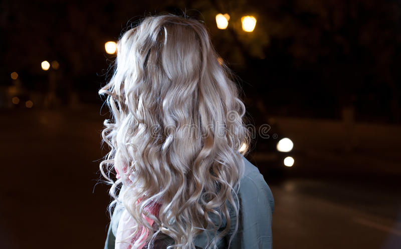 白肤金发的女孩,头发的波浪,后侧方 免版税库存照片