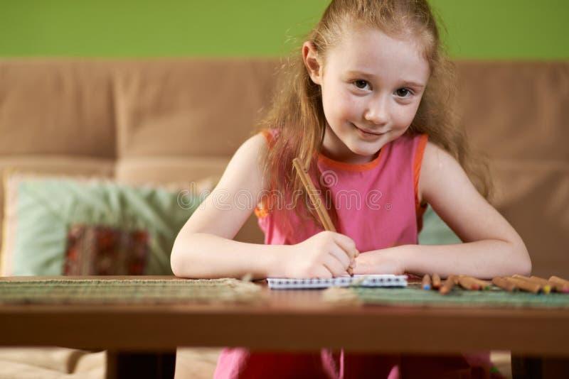 白肤金发的女孩画铅笔 免版税库存照片
