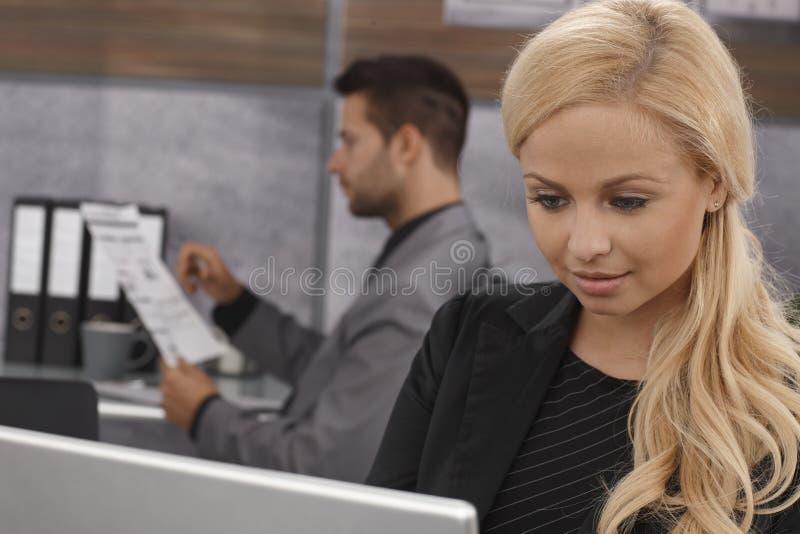 白肤金发的女实业家特写镜头画象  库存照片