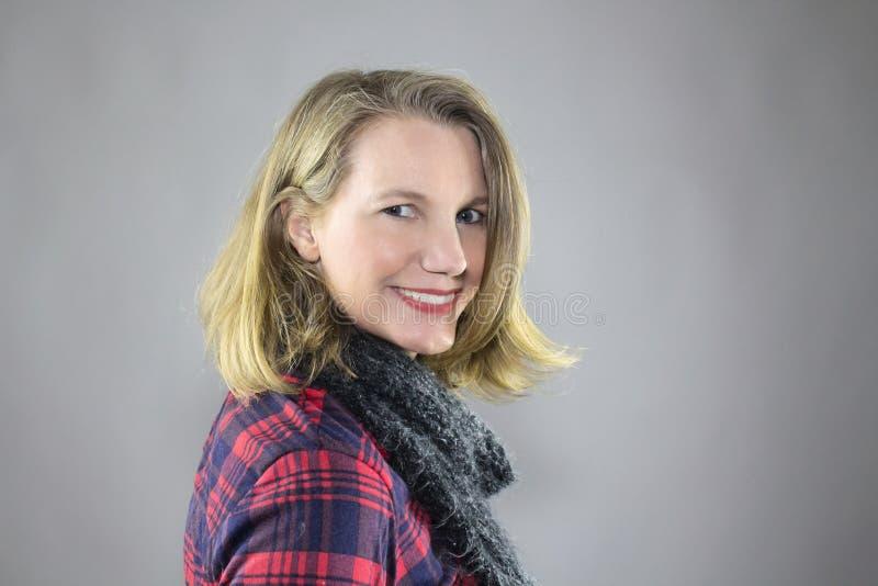 白肤金发的女性微笑的佩带的轻的构成 库存照片