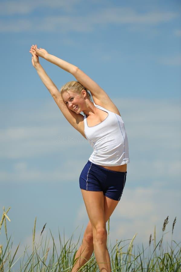 白肤金发的女性锻炼 库存图片