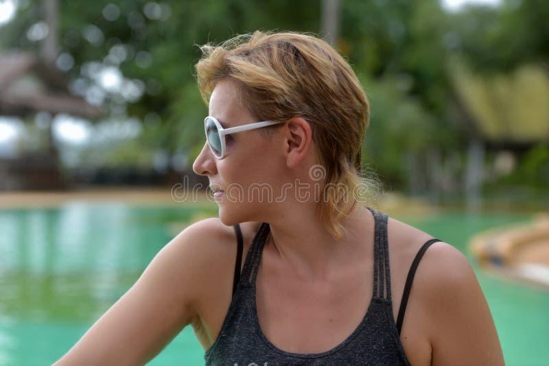 白肤金发的妇女与短的理发的30岁在太阳镜 库存图片