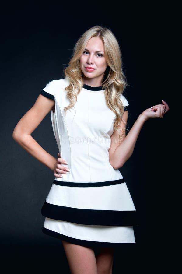 白肤金发的妇女佩带的白色礼服 免版税库存图片