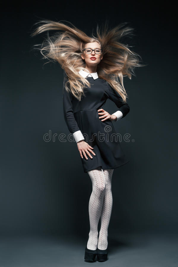 白肤金发的妇女佩带的玻璃画象  免版税库存照片