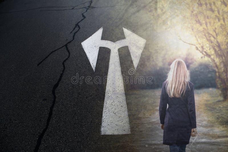 白肤金发的妇女和路有双向箭头的签字 免版税库存图片