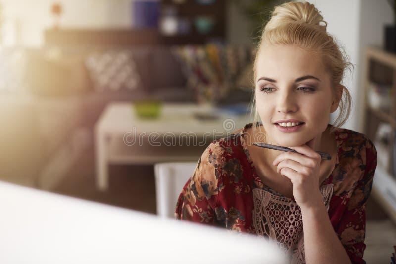 白肤金发的妇女在家 库存照片