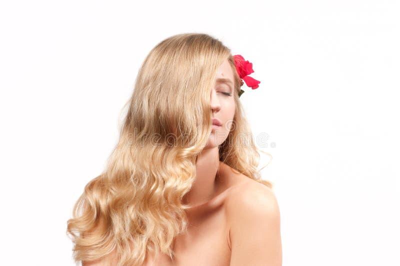 白肤金发的妇女画象有长的健康头发的 秀丽和温泉,有完善的皮肤的女孩 免版税库存图片