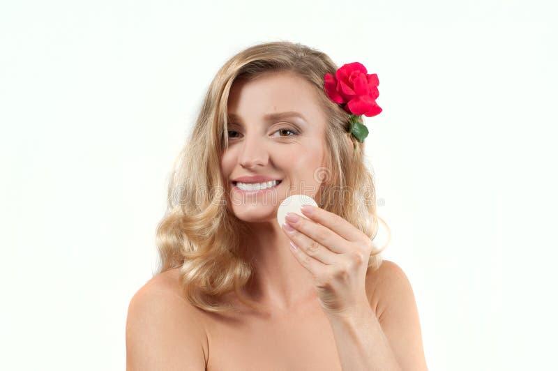 白肤金发的妇女画象有长的健康头发的 秀丽和温泉,有完善的皮肤的女孩 图库摄影