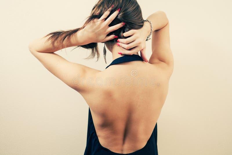 白肤金发的妇女的后部 免版税库存照片
