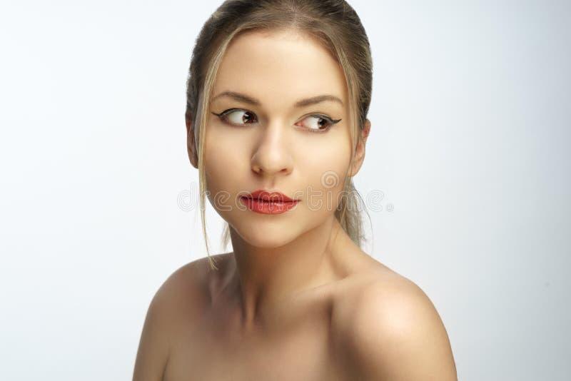 白肤金发的妇女自然头发秀丽特写镜头画象 库存照片
