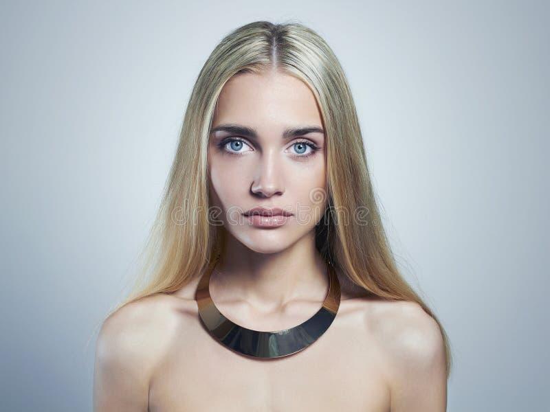 白肤金发的妇女年轻人 美丽的女孩 项链的金发碧眼的女人 免版税库存图片