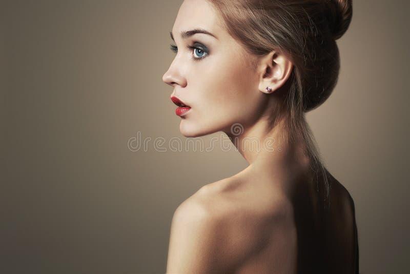 白肤金发的妇女年轻人 美丽的白肤金发的女孩 特写镜头时尚画象 库存照片
