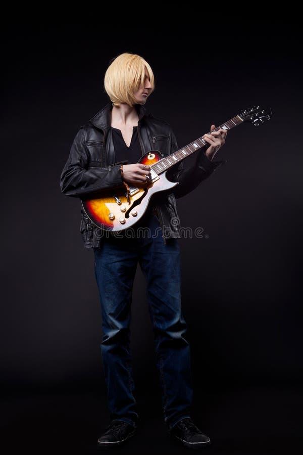 白肤金发的字符cosplay吉他人作用年轻人 库存图片