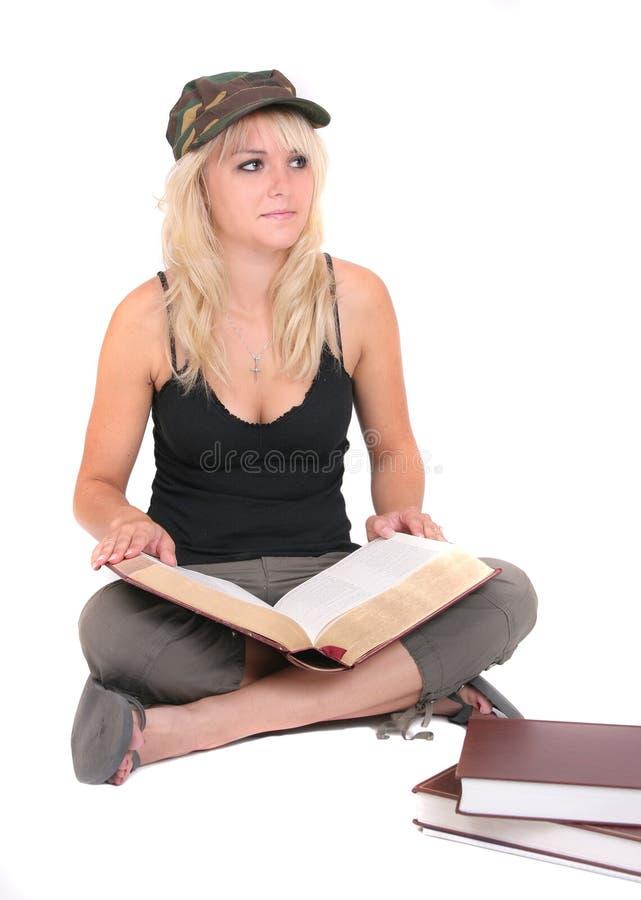 白肤金发的学习的妇女 免版税库存照片