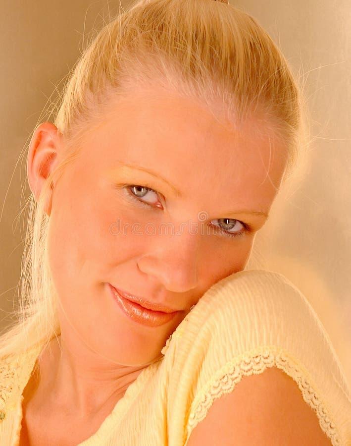 白肤金发的害羞的妇女 免版税图库摄影