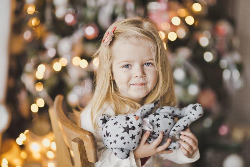 白肤金发的小女孩特写镜头画象圣诞灯的7 免版税库存照片