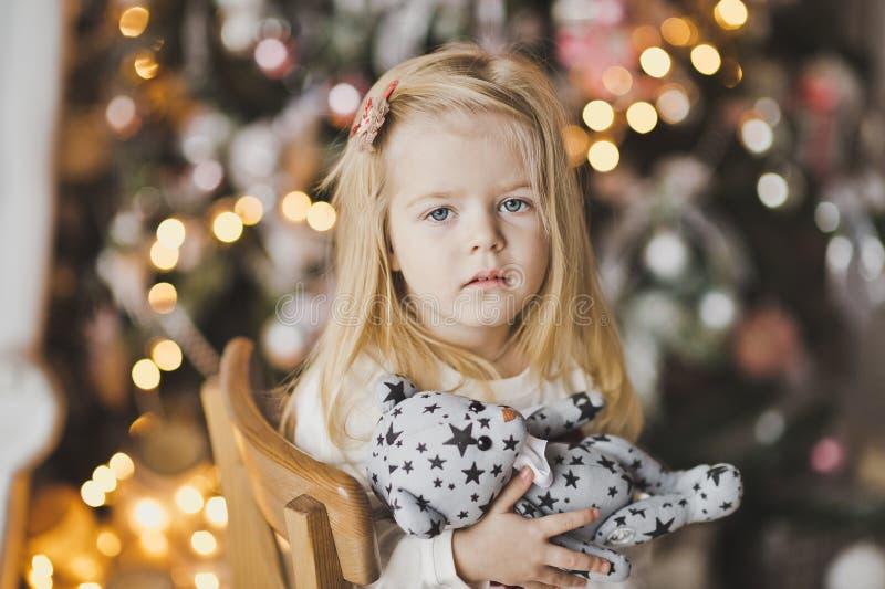 白肤金发的小女孩特写镜头画象圣诞灯的7 免版税图库摄影