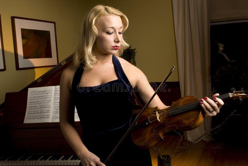 白肤金发的小提琴手 免版税库存图片