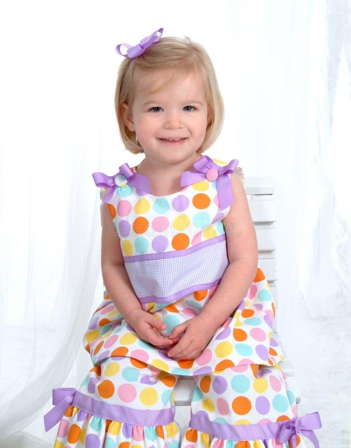 白肤金发的小点礼服女孩短上衣 免版税库存图片