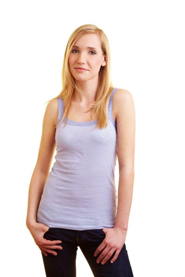白肤金发的常设妇女年轻人 免版税库存照片