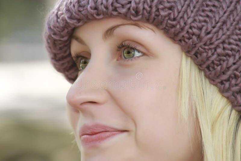 白肤金发的帽子妇女年轻人 免版税库存照片