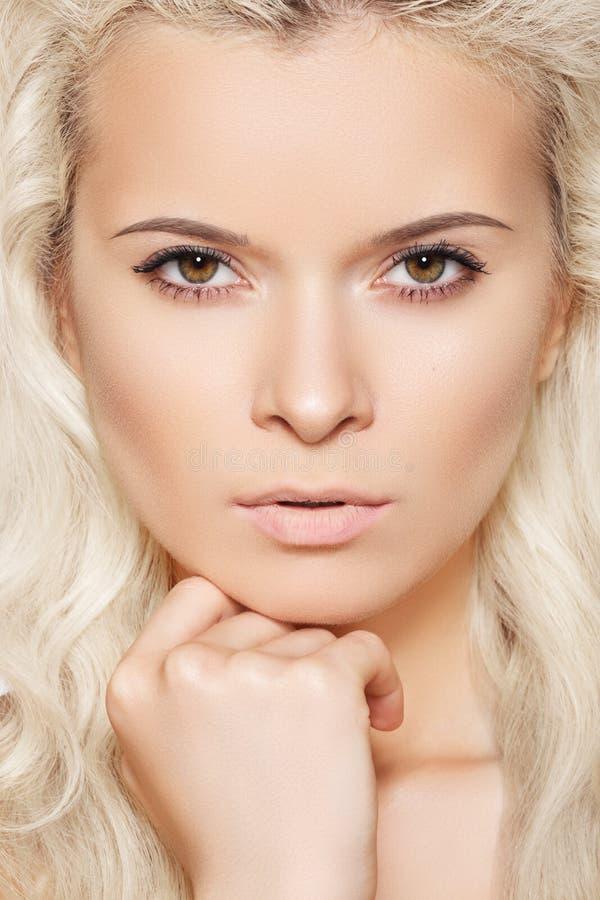 白肤金发的干净的头发设计皮肤温泉&# 免版税库存照片
