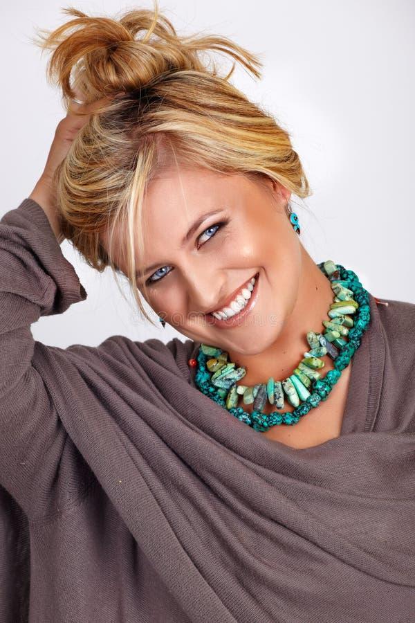 白肤金发的微笑的被晒黑的妇女 免版税库存照片