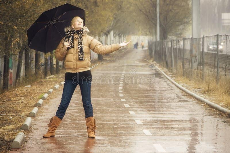白肤金发的愉快的雨下 免版税图库摄影