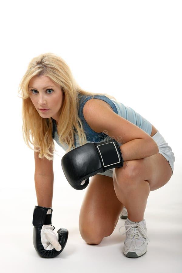 白肤金发的拳击女性 免版税库存图片