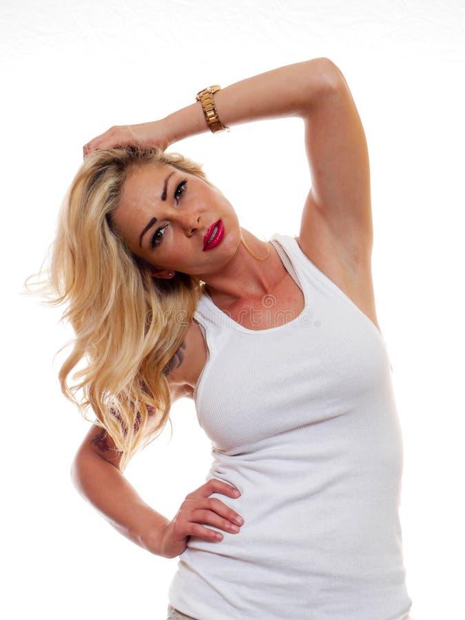 白肤金发的摆在的妇女 免版税库存图片