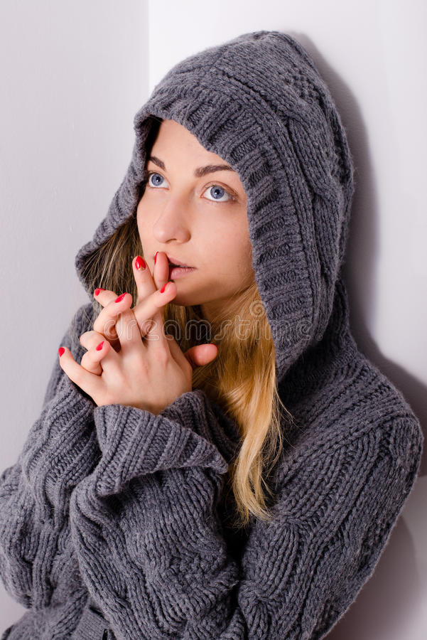 年轻白肤金发的敞篷祈祷的妇女美丽的女孩 图库摄影